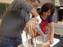 主人とアウンの呼吸で7キロ級の赤イカを捌きます。もちもち食感がたまりませんよ!