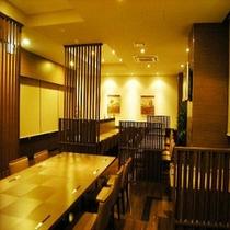 落ち着いた雰囲気のレストラン会場。