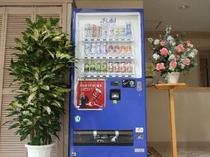 ロビーに設置された自動販売機、アルコールにおつまみも入ってます
