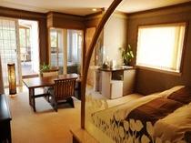約16畳の広さの露天風呂付き客室、タタミベッドでのんびりと