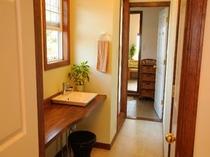2階の展望風呂付き客室の寝室と展望風呂をつなぐ廊下です