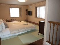 メゾネットタイプの2階の寝室(約16畳)、最大4名様まで就寝可能です。