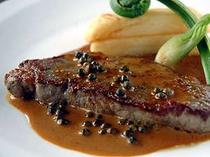 メイン一例。サーロインステーキ青胡椒と生クリーム、グラスヴィアンドのソース。