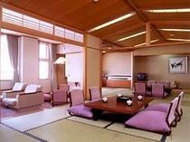 眺望抜群の桧風呂付き特別室(24畳あります。2間に分けられます)。