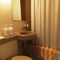和室以外のバストイレです。決して広くはありませんが、清掃には気を付けております。