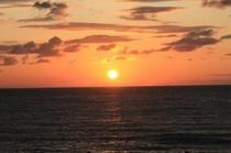 大空と海が感動に染まる―  雄大な日本海をぜひご覧ください