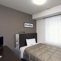 【ダブルエコノミー】広さ13平米。ベッド幅140cm。全客室サータ社製のポケットコイルマットレス♪