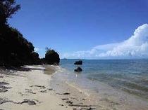 歩いて1分の海 晴れた日には伊江島が望めます