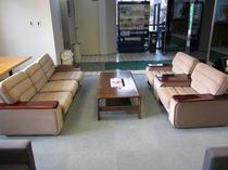 2組のソファーでゆったりと休んで下さい。もちろんロビーは禁煙です。