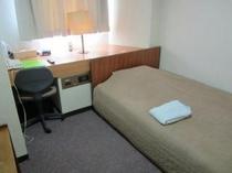 ちょっと広めのセミダブルベッドは、幼児の添い寝もOKです。もちろん無料です!