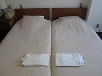 デラックスツインルームのベッドルームは、お子様を真中に川の字でお休みいただけます。