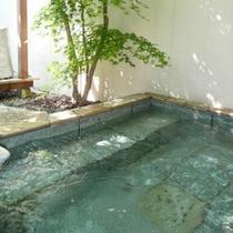 山中湖石割温泉の湯岩露天風呂