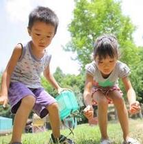 【園内風景】虫を追いかける子供たち。そ~と近づかないと逃げちゃうよ♪