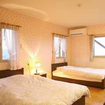 【コテージ(シティタイプ)寝室】森の緑に包まれてごゆっくりおくつろぎ下さい♪