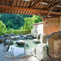 【四季荘】季節毎に景色が変わる、岩造りの露天風呂!