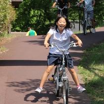 【園内風景】貸し自転車で坂道を下れば、まるでCMみたい♪爽快な風が気持ちいい~!