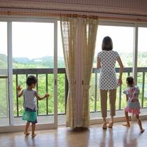 【コテージ(シティタイプ)】思わず見とれる景色。リビングからは宍道湖が一望できます。