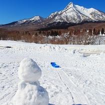 雪だるまの後ろに見えるのは「山陰のマッターホルン」烏ヶ山