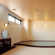 大浴場 広い浴槽でゆっくり温まってください。