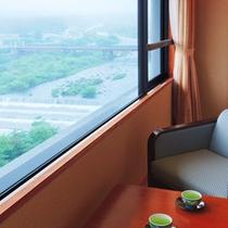 お部屋の窓からは川の流れと蔵王の景観を一望できます