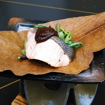 【春】桜鱒と山菜の朴葉陶板焼き