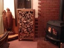 等身大の木彫と薪ストーブ