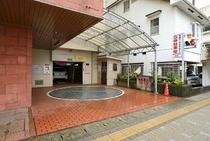 ホテルに隣接する立体駐車場