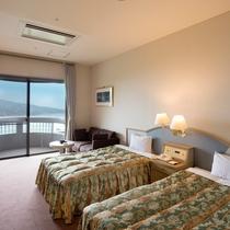 【ツインルーム】ベッドが2台とソファーのシンプルな空間♪海側のお部屋で眺望をお楽しみ下さい