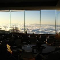 ロビーからの景色です。タイミングが合いますと大パノラマの雲海が広がります。