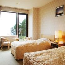 【洋室】シーズン人気のツインルーム・洋室3名様まで。お部屋からも眺望が望めます。