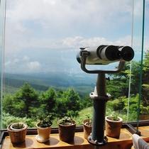 ロビーの望遠双眼鏡で下界がご覧頂けます。