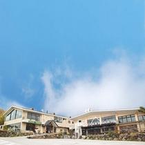 ホテル外観写真。チェリーパークラインを上がってきますと当館がございます。<駐車場より>