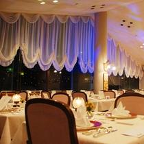 夕食時のスカイレストラン。山の上で夜景ディナー♪