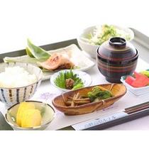 朝食は健康的な和食膳。