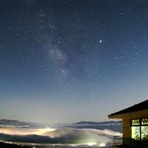 夜景の上に雲海がかかった写真「こんな景色は生まれて初めて」とご感想頂きました。