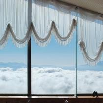 スカイレストランからのお昼の眺望。この日は綺麗な雲海がでておりました。遠くには富士山も見えます。