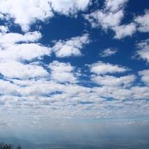 雲の間から幻想的な光が差し込む
