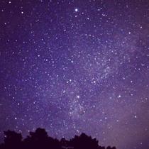 空を見上げると幻想的な星空