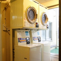 コインランドリーは2階にございます。洗剤は自動で出ます。