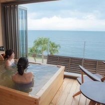貸切半露天風呂「湯癒」目の前に広がる錦江湾と青い空が、リゾートムード満点