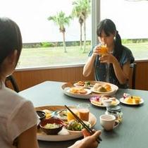 錦江湾を眺めながら、優雅な朝食タイムをお楽しみください