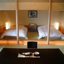 低めにしつらえたベッドで和の趣を。。露天風呂付客室【翠】室内