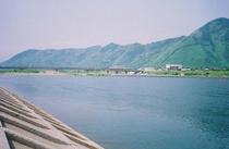 当館より徒歩5分。千曲川の風景