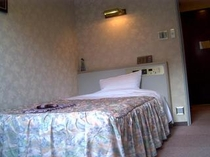 シングルのベッドは全室セミダブルベッドが備わっております。