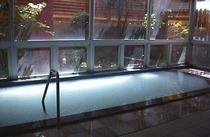 異なる源泉の本館ホテル雄山の大浴場(乳白色)。