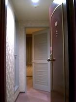 客室には鉄製の外扉と木製の内扉があります。