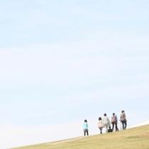 青い空と緑の芝生に立つと遠く英虞湾も見ることができます