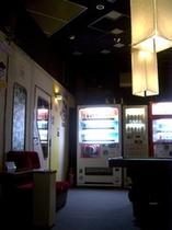 1階の自動販売機コーナーとカラオケBOX(2ルーム)