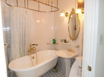 和洋室とセミダブルツインのお部屋の猫足バスタブのバスルーム