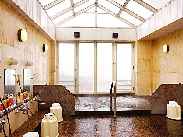 信州の山々を臨める大浴場